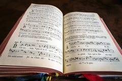 Livre de psaume de vintage avec des notes de chant de choeur photographie stock libre de droits