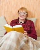Livre de relevé aîné de femme Photo stock