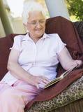 Livre de relevé aîné de femme Photo libre de droits
