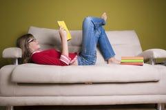 Livre de relevé d'adolescente Photo libre de droits