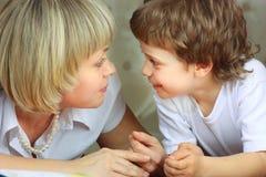 Livre de relevé de femme et de petit garçon Photographie stock libre de droits