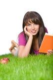 Livre de relevé de fille dans l'herbe Photos libres de droits