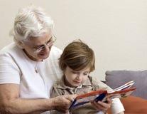 Livre de relevé de grand-mère et de fils Photographie stock