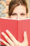Livre de relevé de jeune femme Image stock