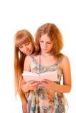 Livre de relevé du jeune femme deux d'isolement Image stock