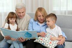 Livre de relevé heureux de famille Image stock