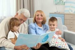 Livre de relevé heureux de famille Photographie stock