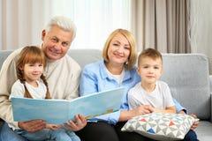 Livre de relevé heureux de famille Photographie stock libre de droits