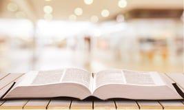 Livre de Sainte Bible sur le fond photos libres de droits