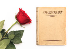 Livre de Shakespeare et rose de rouge Photo stock