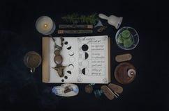 Livre des ombres avec des phases lunaires sur l'autel noir photos libres de droits
