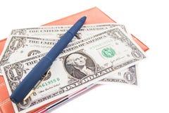 Livre, dollars et stylo sur un fond blanc Photos stock