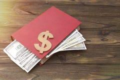 Livre, dollars sur un fond en bois Photographie stock libre de droits