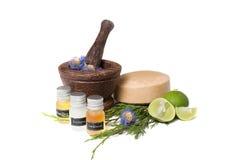 Livre en bois avec des bouteilles d'huiles organiques et Photo stock