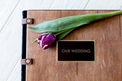 Livre en bois de photo de mariage Jeunes couples heureux dans l'amour Marche de jeunes mariés du jour du mariage Image libre de droits