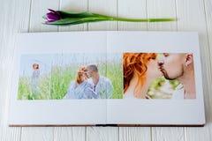 Livre en bois de photo de mariage Jeunes couples heureux dans l'amour Marche de jeunes mariés du jour du mariage photos stock