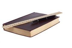 Livre en cuir avec le stylo noir et la règle en bois Photographie stock