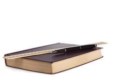 Livre en cuir avec le stylo noir et la règle en bois Photos stock