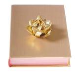 Livre enveloppé en or avec la proue Photos libres de droits