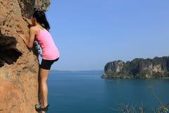 Livre a escalada de solo do montanhista de rocha da mulher Fotos de Stock