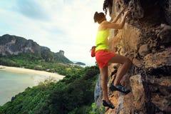 Livre a escalada de solo do montanhista de rocha da mulher Imagem de Stock