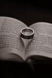 Livre et anneau religieux Photo stock