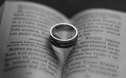 Livre et anneau religieux Photographie stock