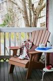 Livre et café sur un porche confortable photo libre de droits
