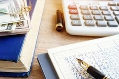 Livre et calculatrice de comptes Finances de maison image stock