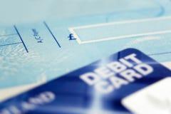Livre et carte de chèque Photo stock