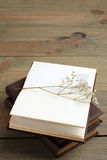 Livre et fleurs sèches Photos libres de droits