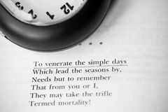 Livre et horloge de poésie Photo stock
