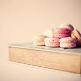 Livre et macarons de vintage Photographie stock