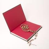 Livre et rosaire Photo stock