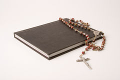 Livre et rosaire Image stock
