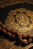 Livre et rosaire saints de Coran images libres de droits
