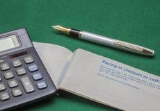 Livre et stylo de chèque Photographie stock