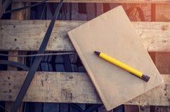 Livre et stylo sur le ton en bois de vintage Photos libres de droits