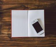 Livre et téléphone Image stock