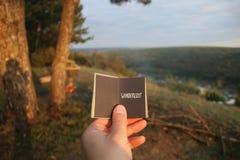 Livre et texte d'envie de voyager de lettrage photos stock