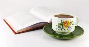 Livre et une cuvette de thé Photos libres de droits