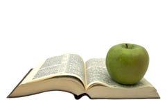 Livre et une pomme images libres de droits