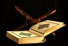 Livre islamique saint Coran ouvert avec le rosaire Photographie stock libre de droits
