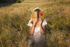 Livre isolé d'amour de lecture de femme Photo libre de droits