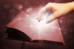Livre magique avec la main illustration libre de droits