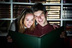 Livre magique du jeune relevé adulte dans la bibliothèque Image libre de droits