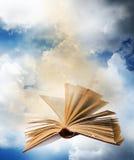 Livre magique ouvert volant Images stock