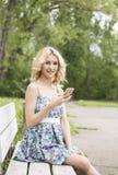 Livre a mulher feliz no sorriso do parque da mola alegre Imagens de Stock Royalty Free