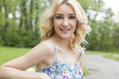 Livre a mulher feliz no sorriso do parque da mola alegre Foto de Stock Royalty Free