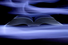 Livre mystique dans la lumière Photographie stock libre de droits